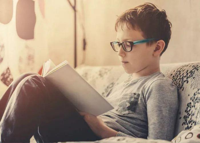 云镜台:近视者看书时,眼镜是摘下还是戴着呢?